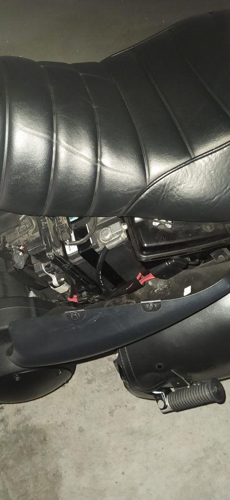 Abrir la tapa izquierda de debajo del asiento